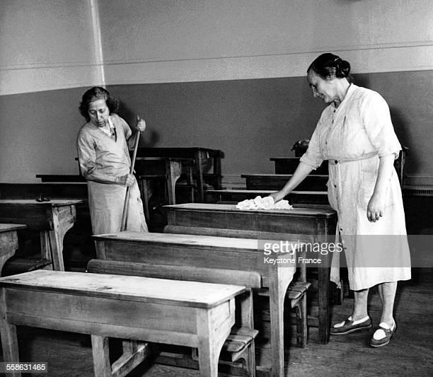 Grand ménage dans les salles de classes quelques jours avant la rentrée scolaire en France le 28 septembre 1948
