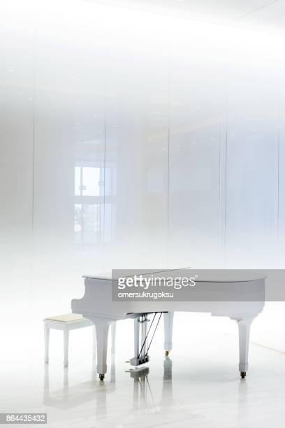 Große weiße Klavier in weißen Innenraum, Griechenland