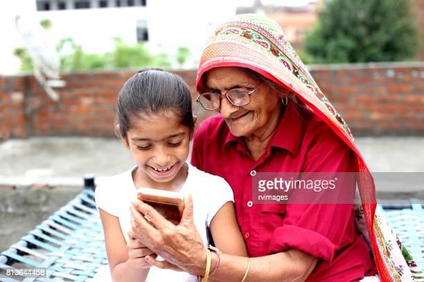 Kleinkind en grootmoeder met Smartphone