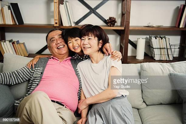 孫娘祖父母にソファーを包み込みます。