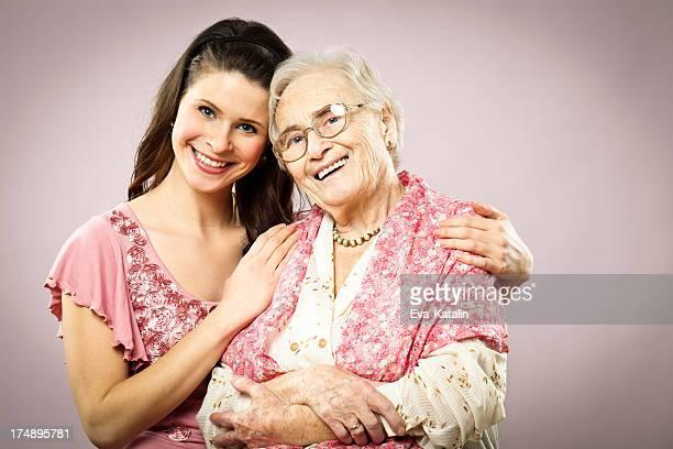 Granddaughter abrazándose su abuela