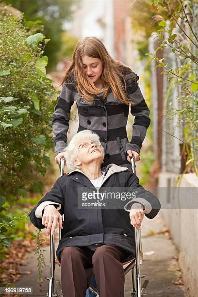 Großmutter Enkelin im Rollstuhl Schieben