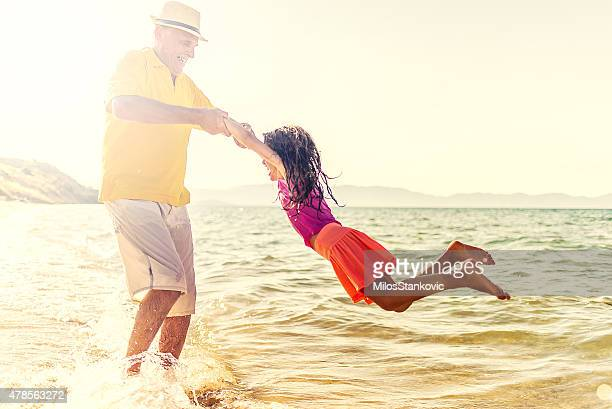 Abuelo y Granddaughter en la playa