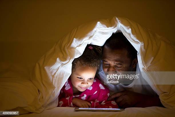 Nonno e Nipote femmina sdraiata a letto
