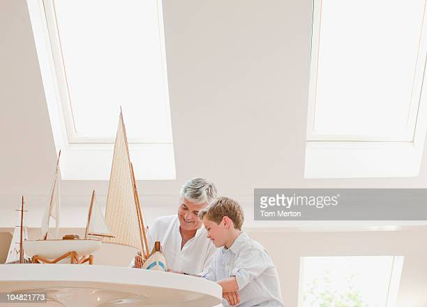 Grand-père et son petit-fils de l'assemblage de modèles de bateau
