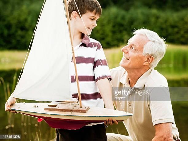 Großvater und Enkel im Park