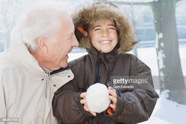 Großvater und Enkel, die Schneeball-Intervalle
