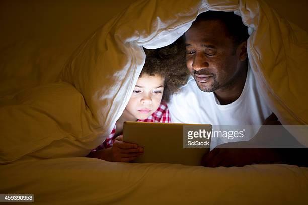 Nonno e nipote sdraiata a letto