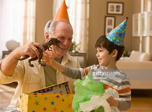 Großvater und Enkel Eröffnung Geschenke