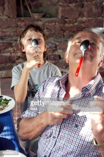 Abuelo y nieto jugando con spoons : Foto de stock