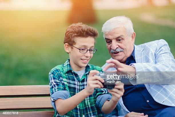 Abuelo y nieto de tomar una fotografía