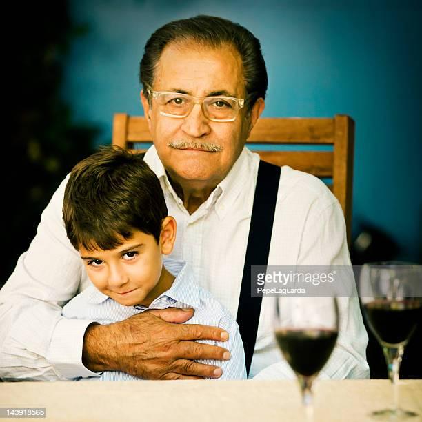 Großvater umarmen Enkel