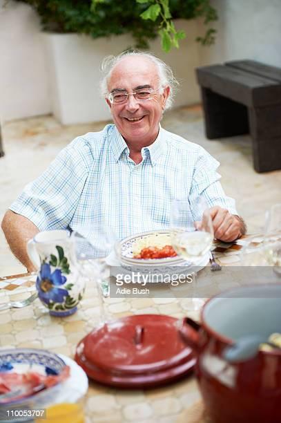Großvater mit Mittagessen