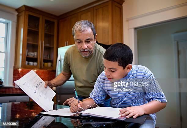 Großvater mit Hausaufgaben helfen Jungen