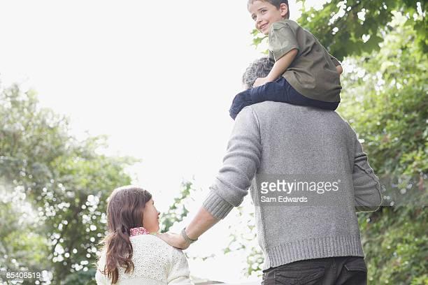 Großvater mit Enkel im Freien