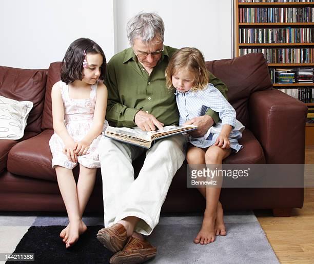 Großvater und Enkel zeigt Bilder