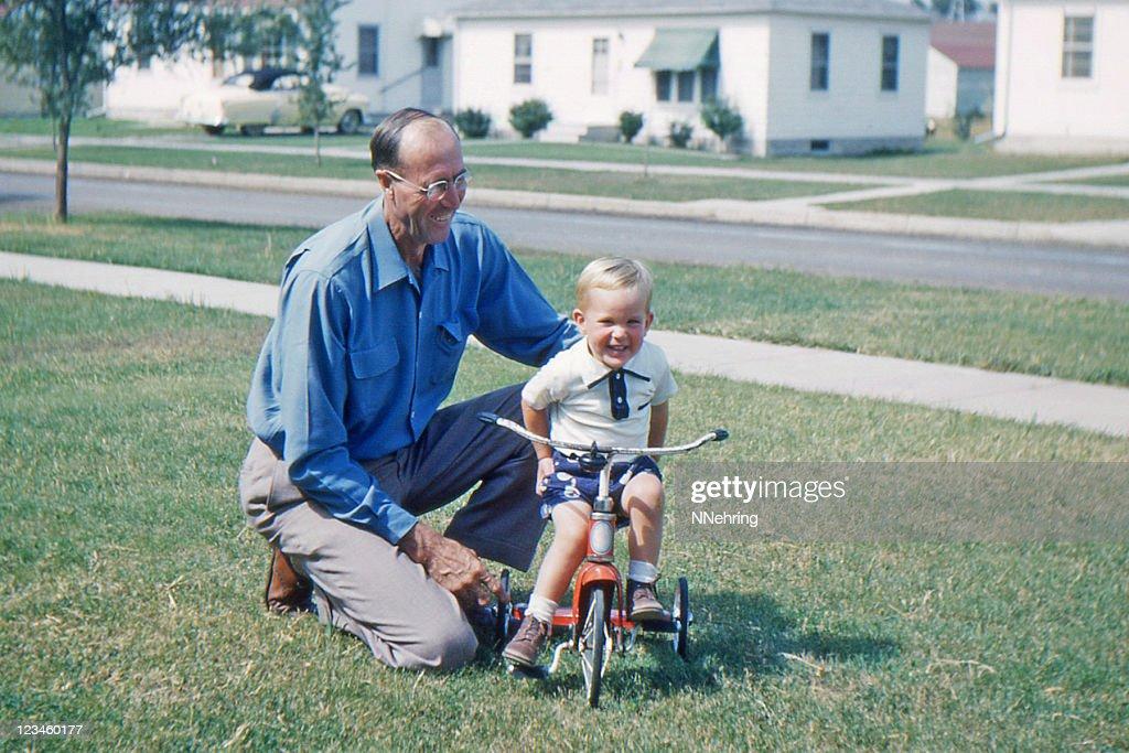 Großvater mit Enkel, Lehre, Dreirad 1953 retro : Stock-Foto