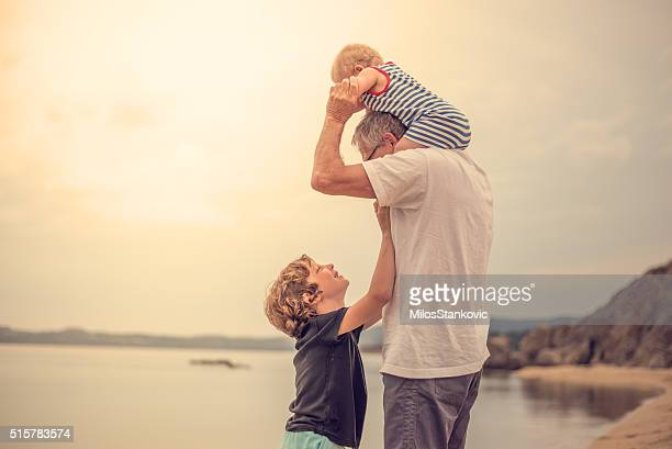 Nonno con i suoi nipoti in spiaggia