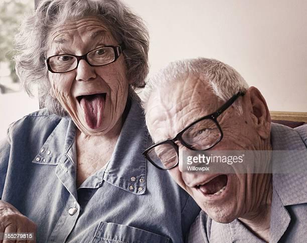 Oma und Opa, lustiger Zunge Wagging Gesichter