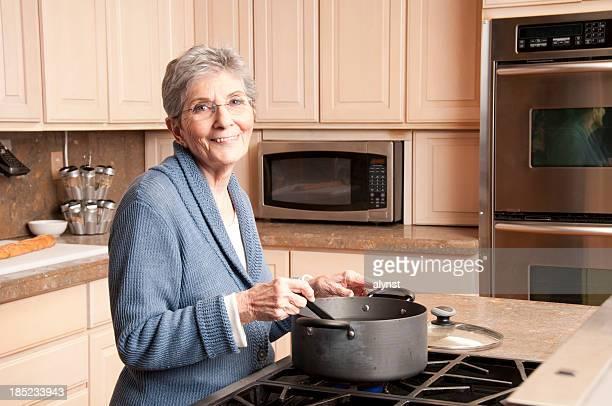 Nonna cucinare nella cucina