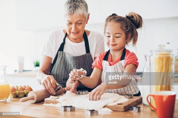Abuela, déjeme ayudarle con las galletas!