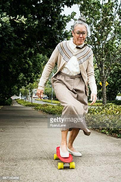 Oma Reiten auf Skateboard