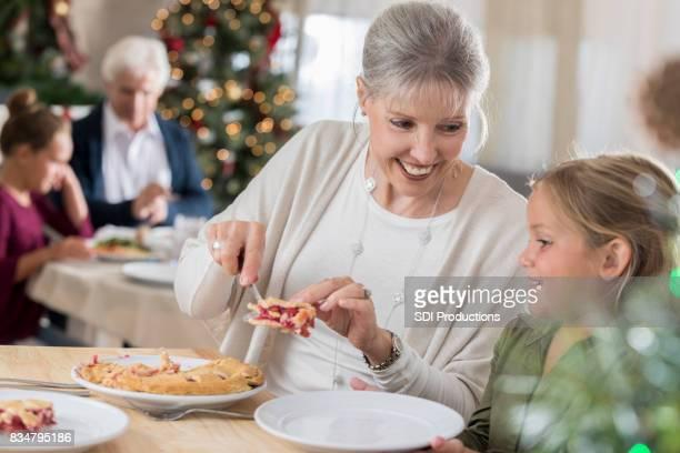 Grand-mère dessert tarte petite-fille le jour de Noël
