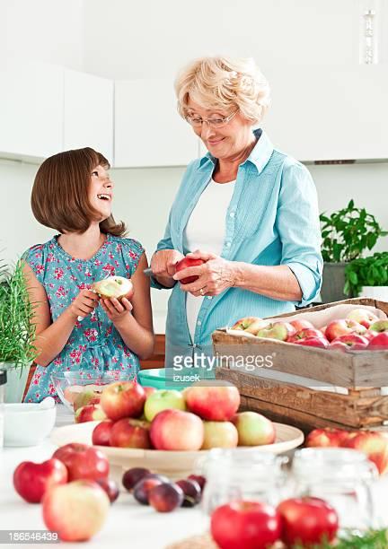 Oma und Enkelin peeling Äpfel