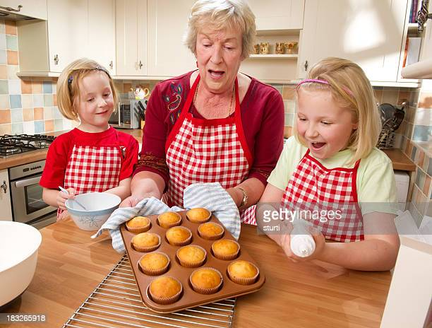 Großmutter Backen und Mädchen Cupcakes
