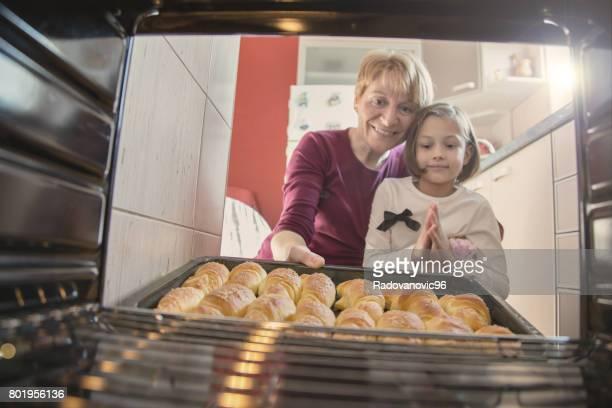 Großmutter und Enkel etwas zu essen machen