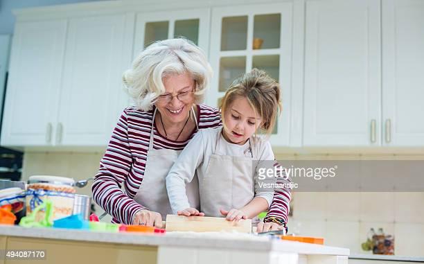 Grand-mère et petite-fille de cuisson ensemble