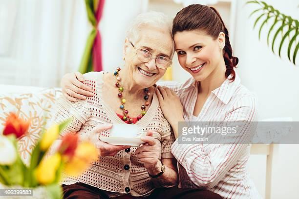 祖母と孫娘