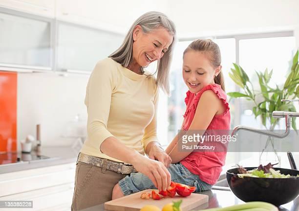 Avó e NETA preparar alimentos em conjunto