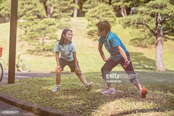 おばあちゃんと孫娘ストレッチの代々木公園