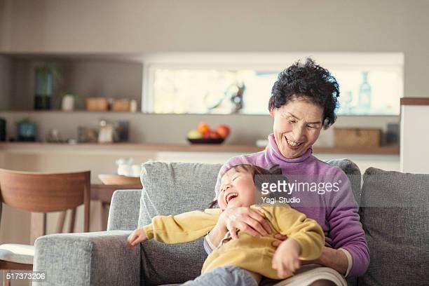 おばあちゃんが、孫の楽しいリビングルーム」