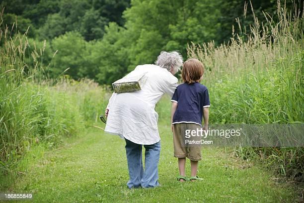 Großmutter und Enkel Sie einen Spaziergang in wunderschöner Pfad