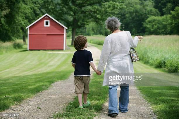 Großmutter und Enkel, die zu Fuß auf wunderschönen Trail kann gemietet werden- Rote Scheune