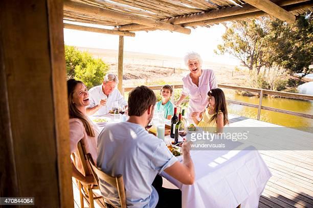 祖母と彼女の家族は、屋外でのお食事をお楽しみいただけます。