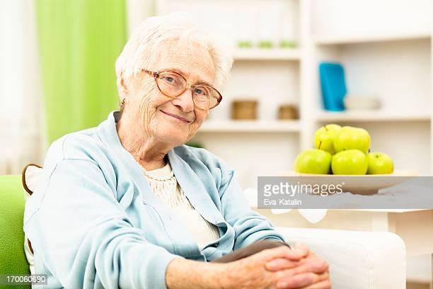 Großmutter wie zu Hause fühlen.
