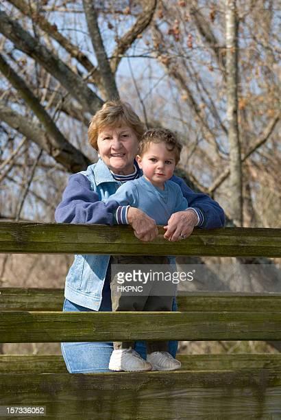 Großmutter & Enkel zusammen auf einer Hiking-Brücke