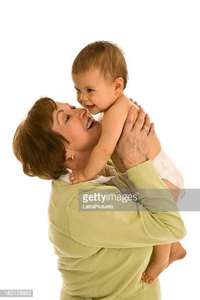Abuela sujeción y bebé jugando con granddaughter