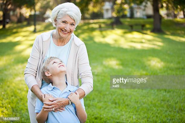 Großmutter umarmen Enkel