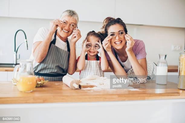 Abuela, madre e hija que se divierten en la cocina