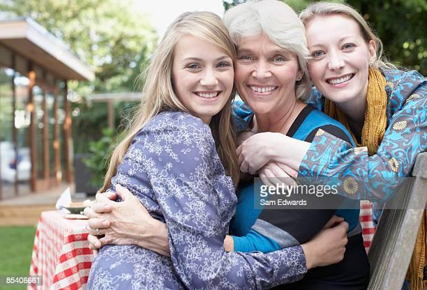 Großmutter, Mutter und Tochter umarmen