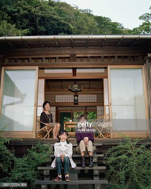 祖母、母と娘(9 ~11 )ポーチに座って、portra