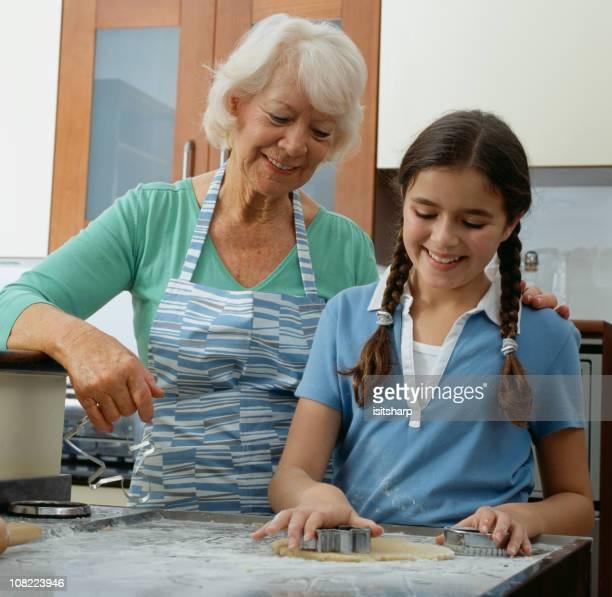Grand-mère enseigner jeune fille à cuire