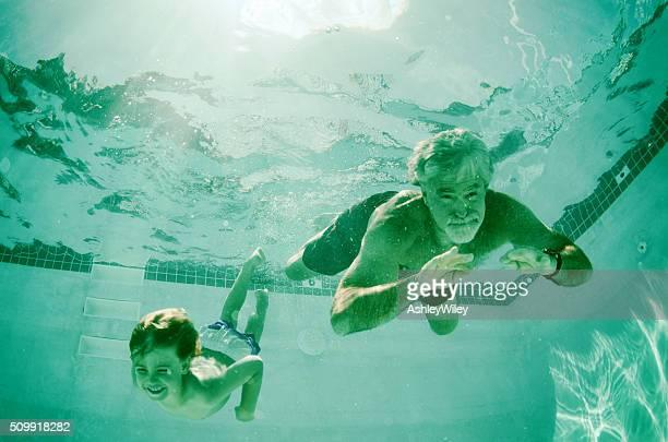 Bloc Grand-papa et petit-fils ensemble sous-marine natation en été