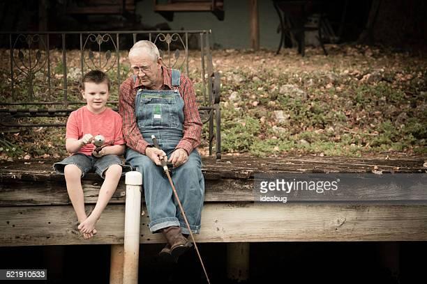 Grandpa pêche avec son Arrière petit-fils sur bois d'accueil