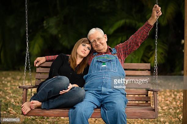 Großvater sitzen auf Outdoor-Schaukel mit seiner Enkelin