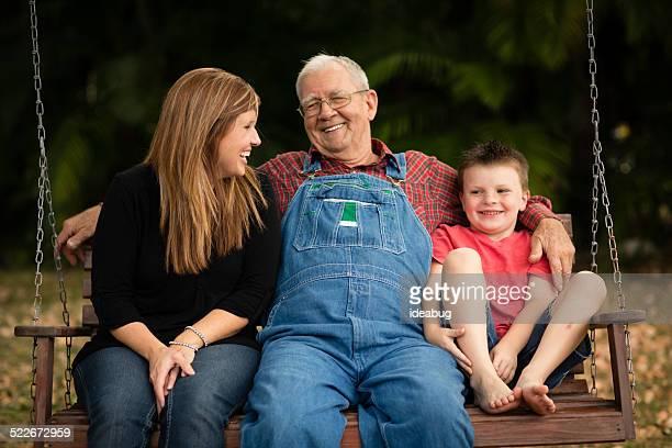 Opa schwingen mit seiner Enkelin und Urenkel
